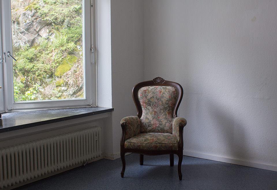 Ein Zimmer mit Stuhl in der Ecke