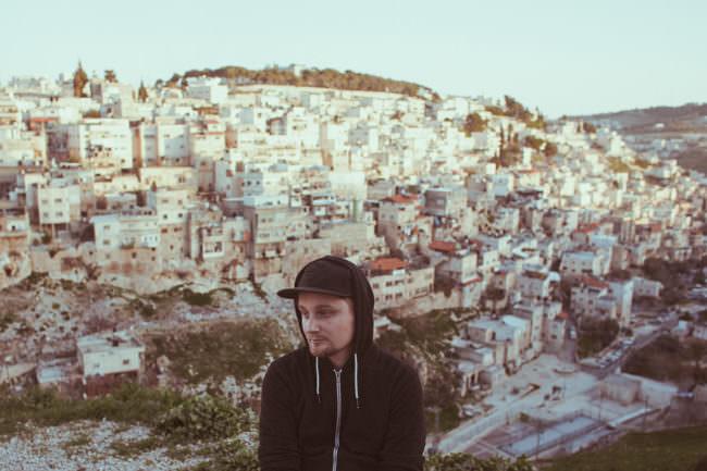 Ein Mann vor einer Stadt