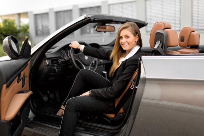 Eine Frau sitzt in einem Auto