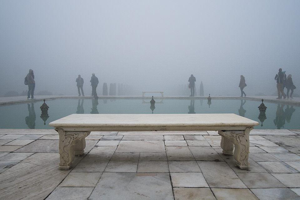 Ein Brunnen im Nebel