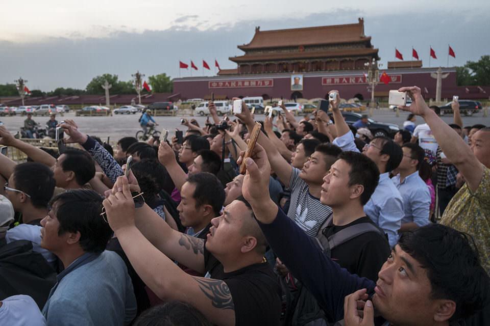 Eine Gruppe von Menschen mit hochgehaltenen Handys