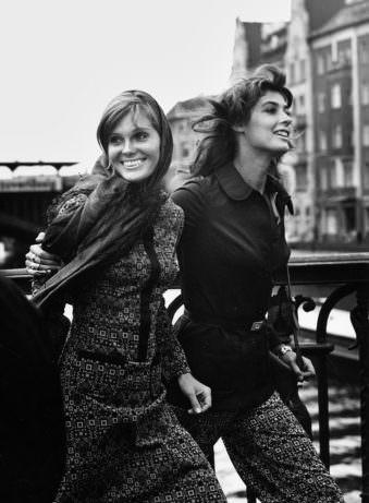 Zwei lachende Frauen auf der Straße
