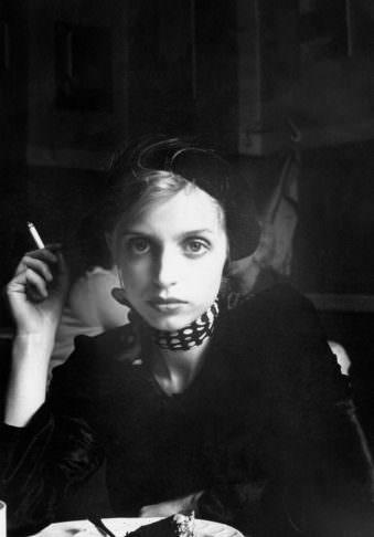 Eine Frau mit Zigarette