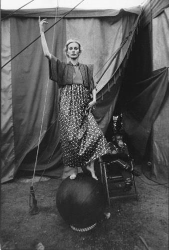 Eine Frau ballanciert auf einem Ball