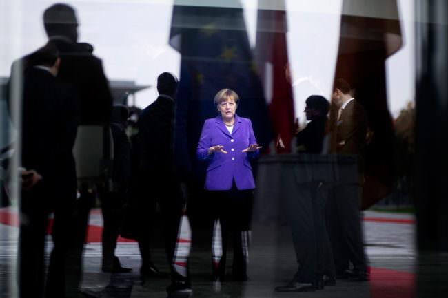 Angela Merkel vor vielen Menschen