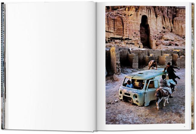 Offene Buchseite mit einem Bild von spielenden Kindern auf einem Auto
