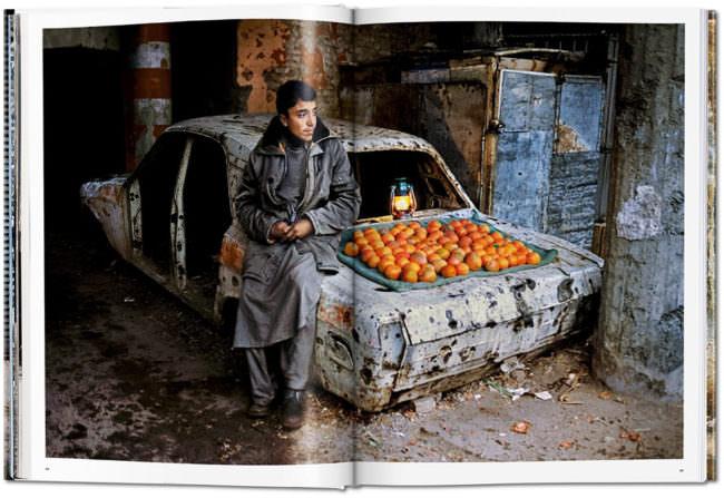 Offene Buchseite mit dem Bild eines Kindes, das Orangen verkauft