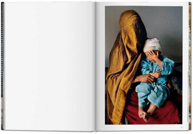 Offene Buchseite mit einem Bild, auf dem eine Frau und ein Kind zu sehen sind