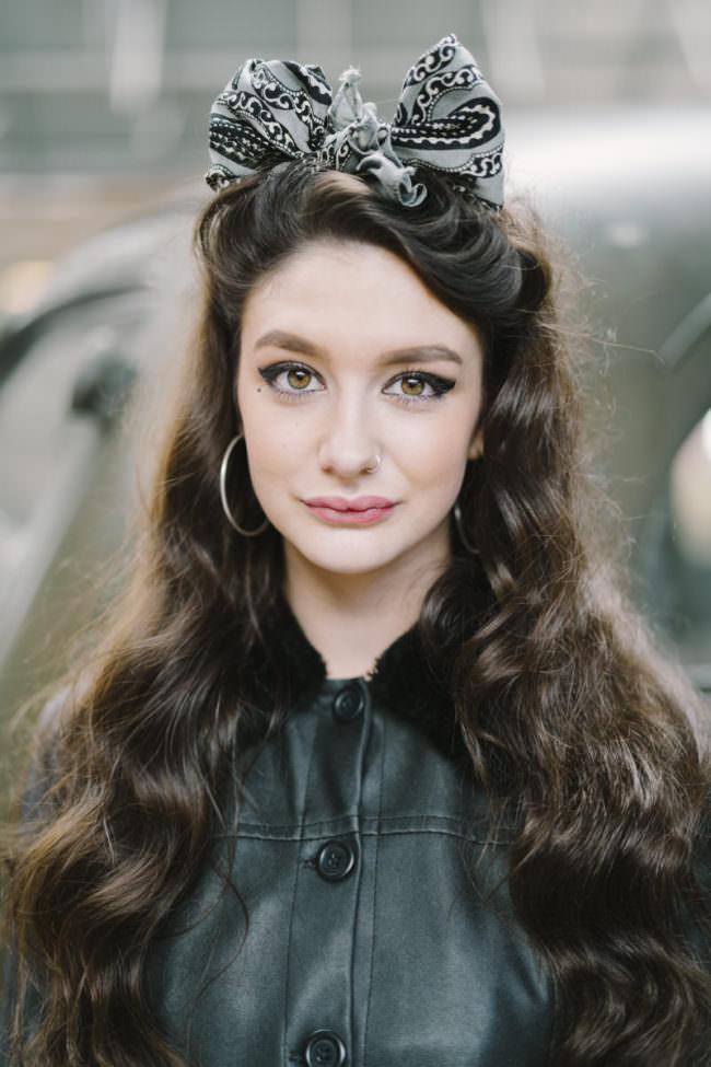 Frauenportrait mit Schleife im Haar