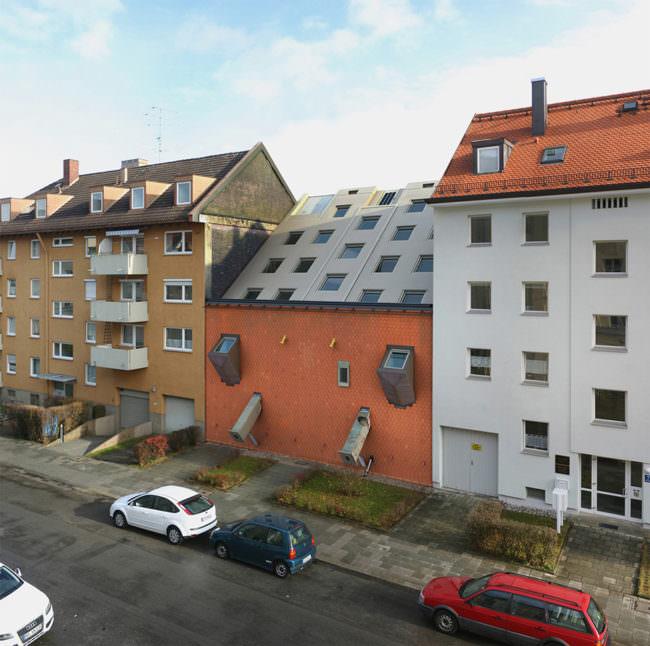 Ein Haus liegt auf der Seite
