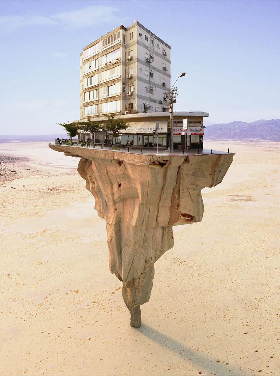 Haus steht auf einem umgedrehten Fels