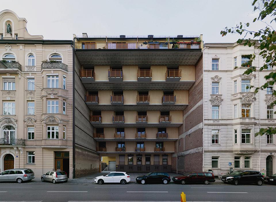 Haus mit nach innen gestaffelter Fassade