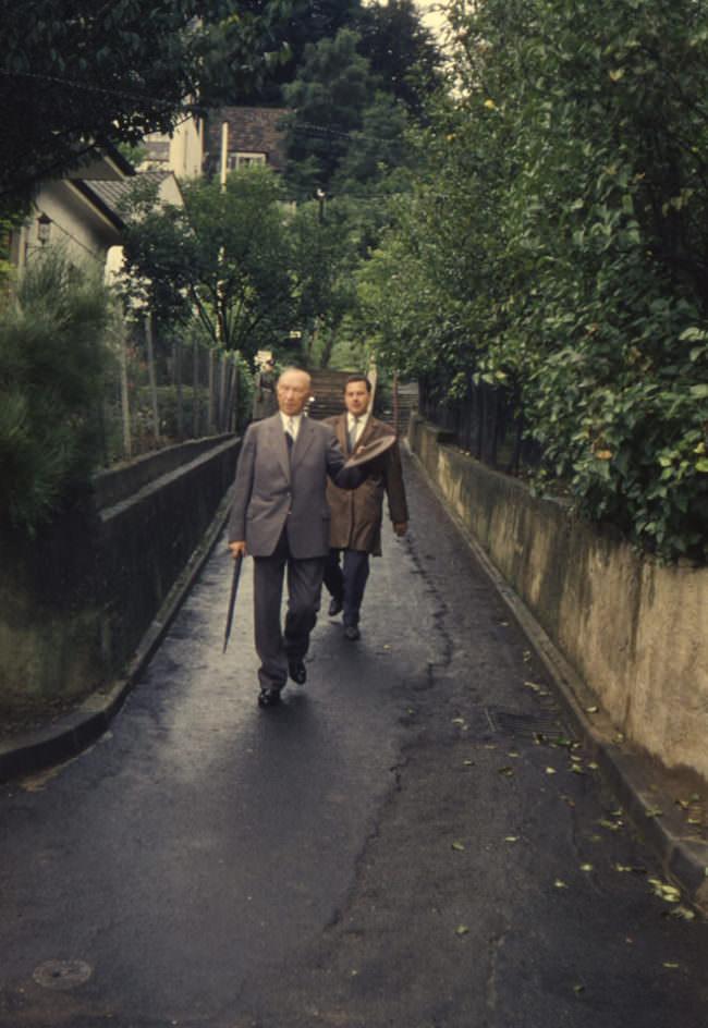 Zwei Männer gehen spazieren