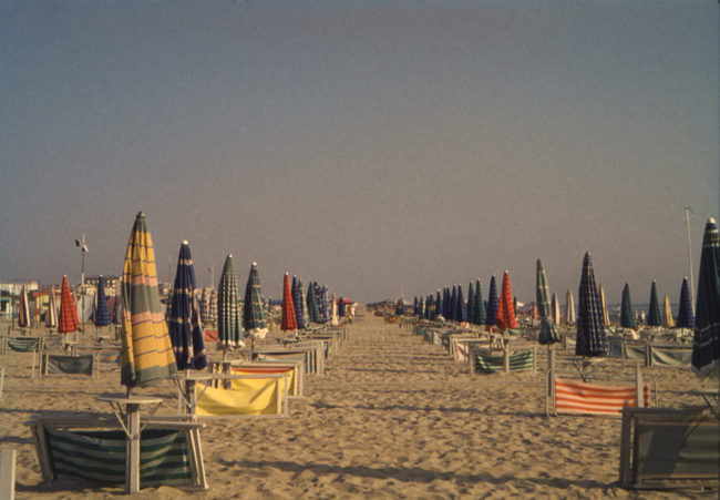 Strand mit Strandschirmen
