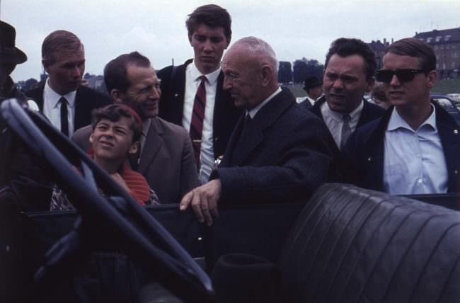Menschenmenge vor einem Auto