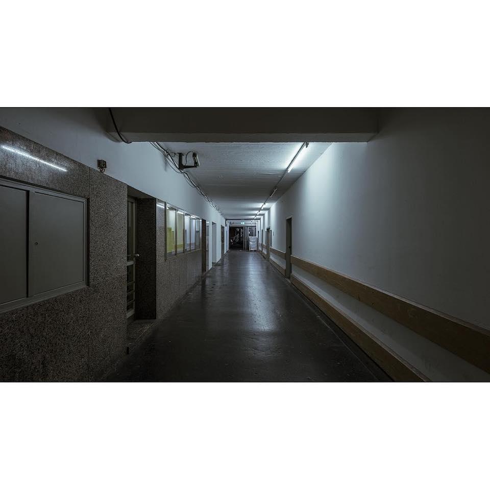 Der Gang eines Gebäudes, der in der Fluchtperspektive fotografiert wurde.