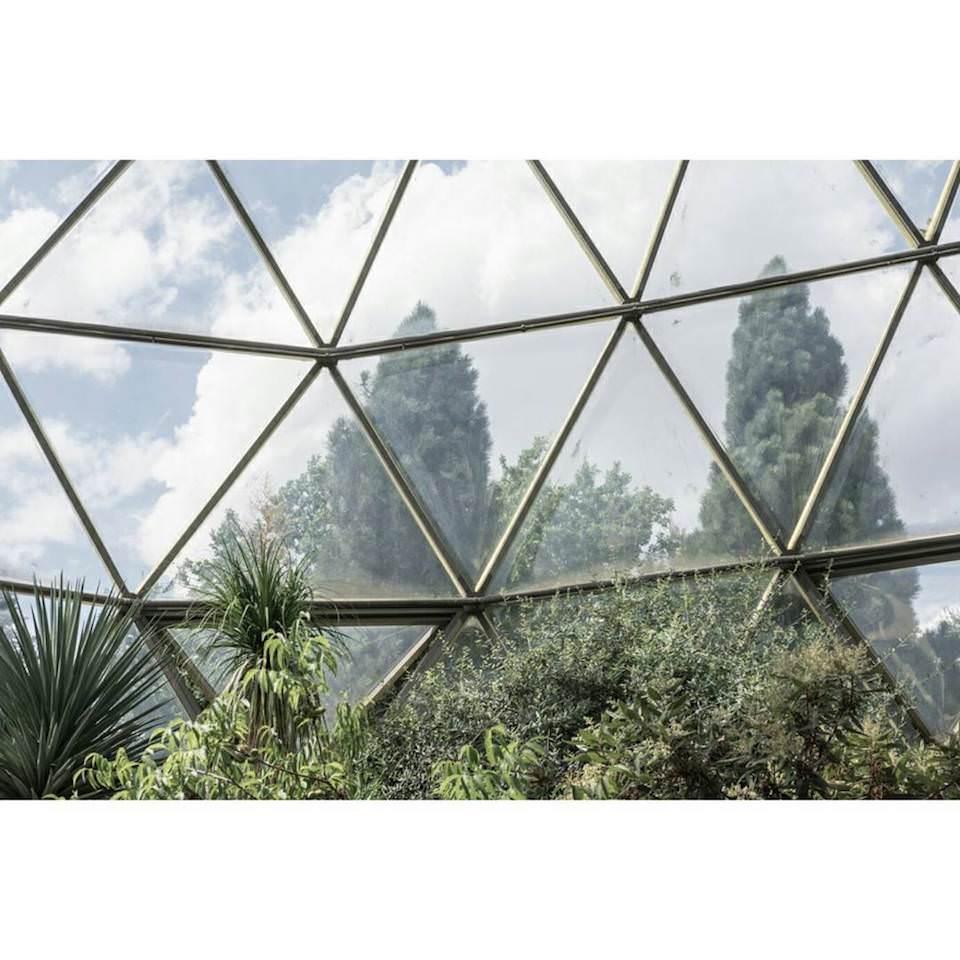 Blick durch dreieckige Glasfenster.