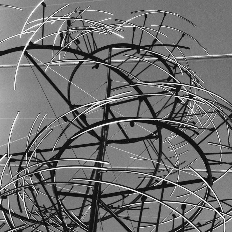 Wirre Kreise und Linien in schwarzweiß