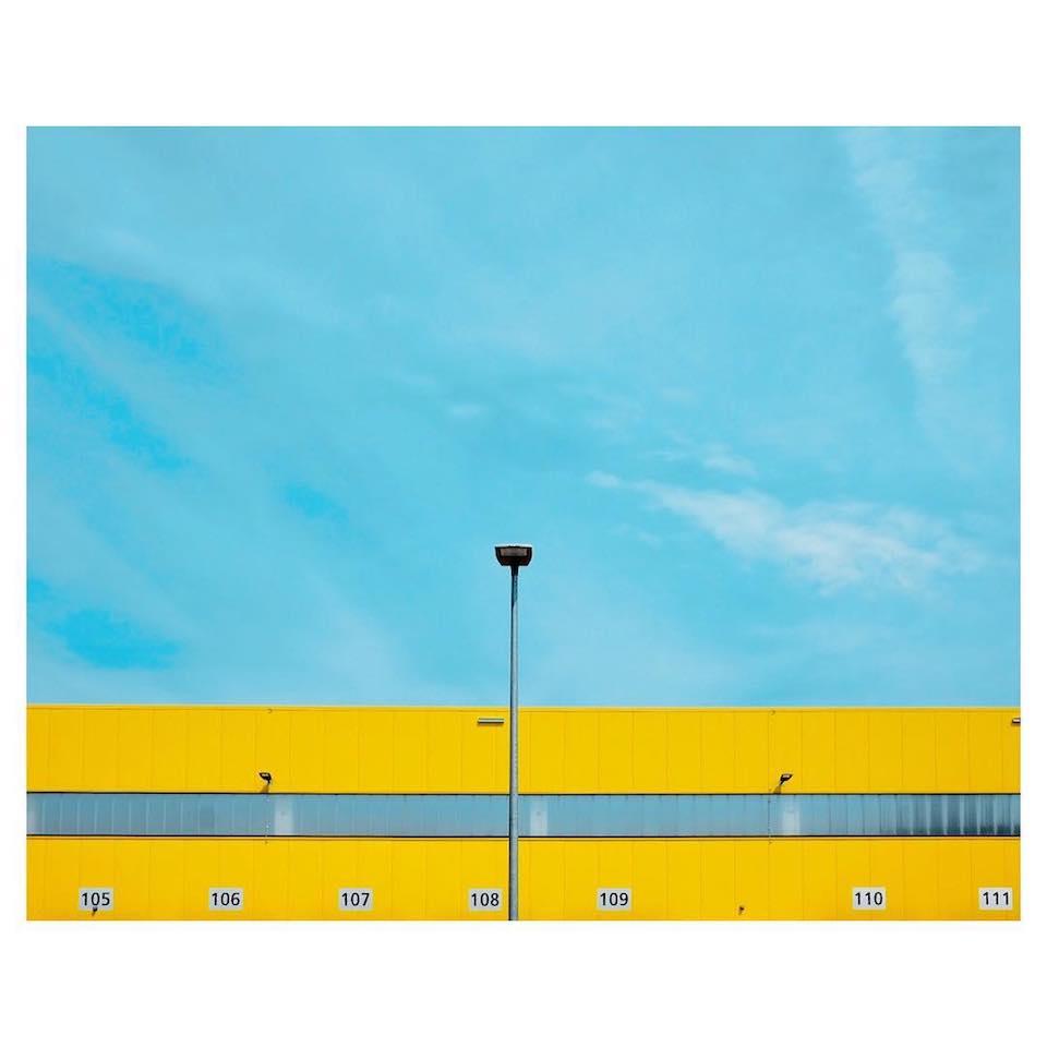 Gelbes Haus vor einem blauen Himmel