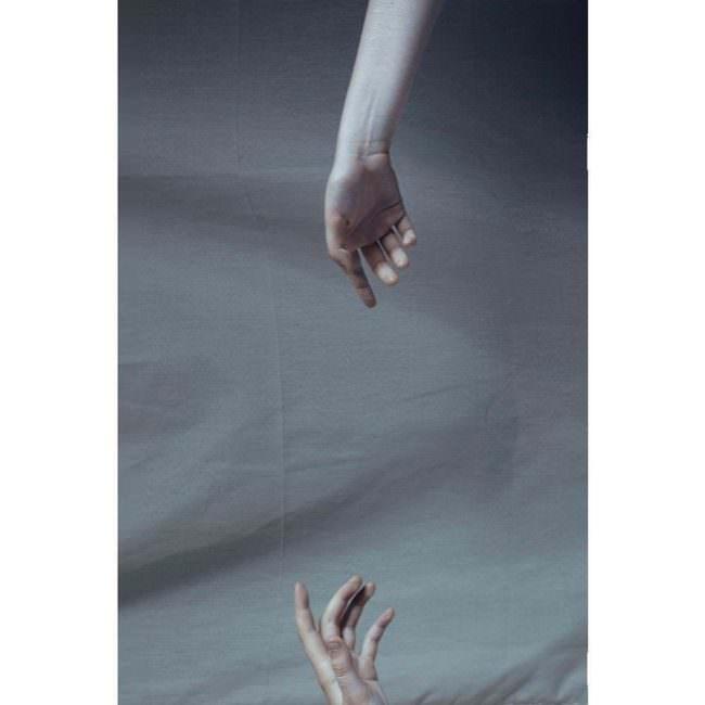 Zwei Hände sind eine von oben und eine von unten sichtbar.