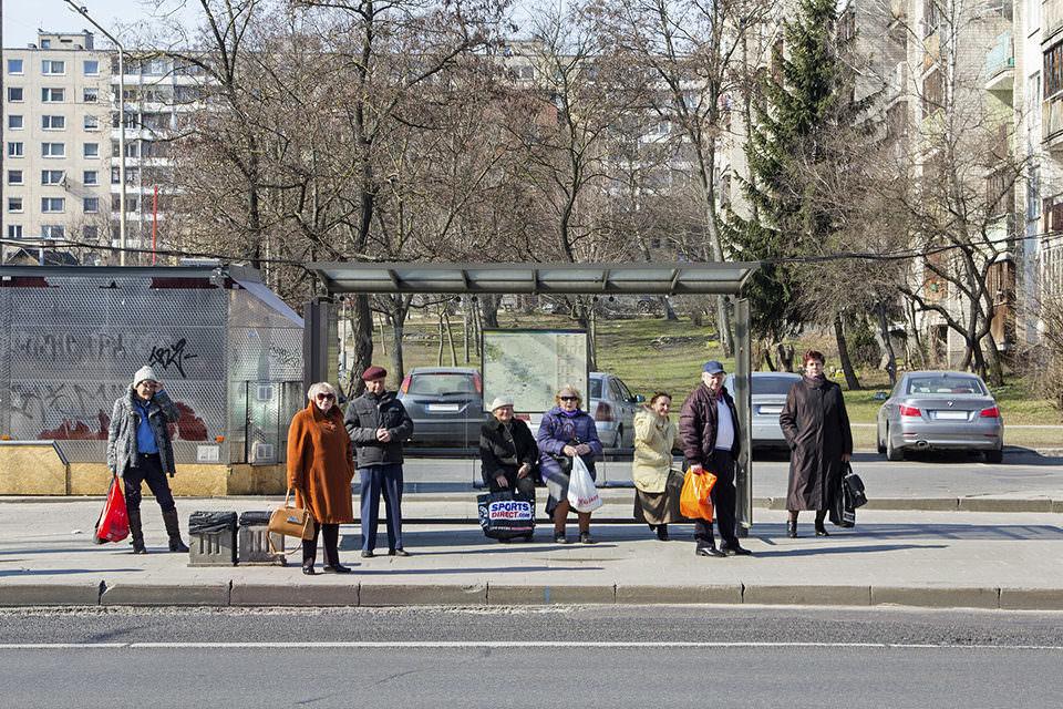 Menschen an einer Bushaltestelle