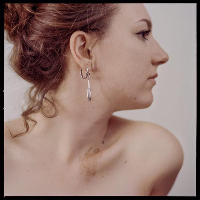Seitliches Frauenportrait