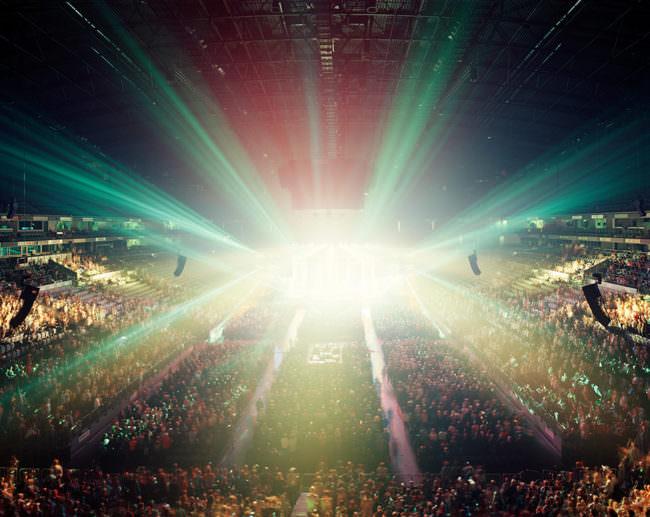 Ansicht einer Konzerthalle, die von Licht überflutet wird.