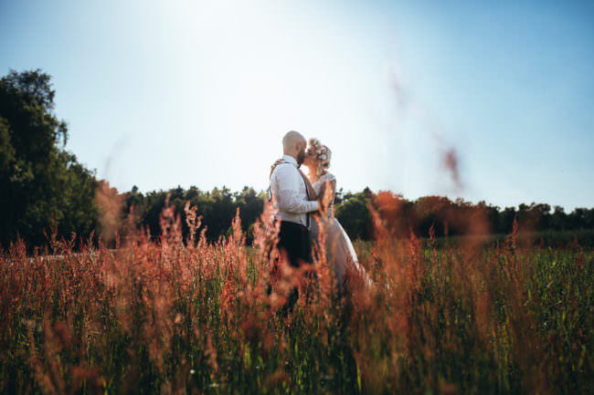 Ein Hochzeitspaar auf einer Wiese