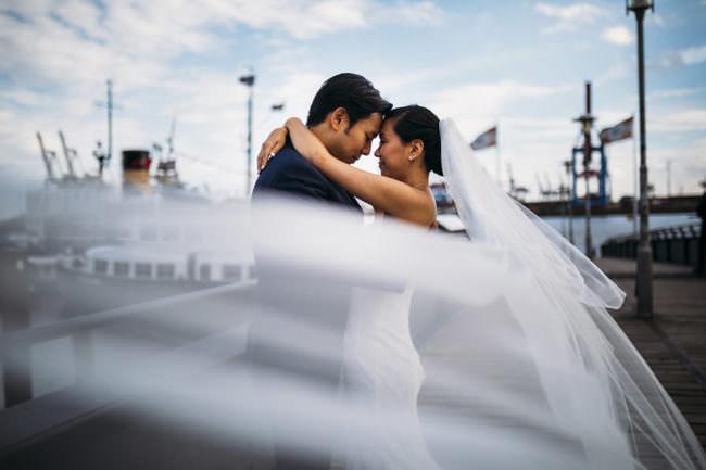 Ein Brautpaar mit wehendem Schleier