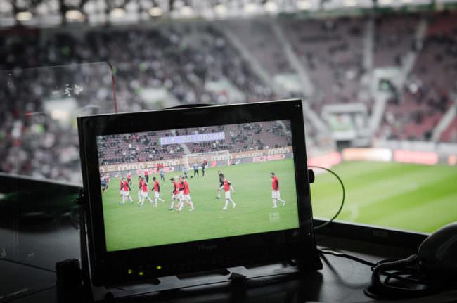 Bildschirm im Fußballstadion