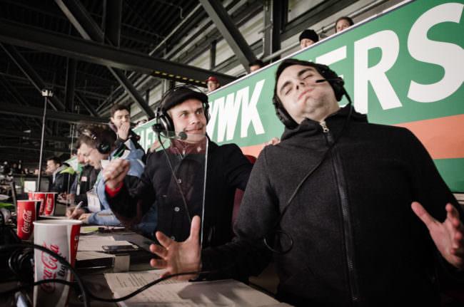 Moderatoren bei einem Fußballspiel