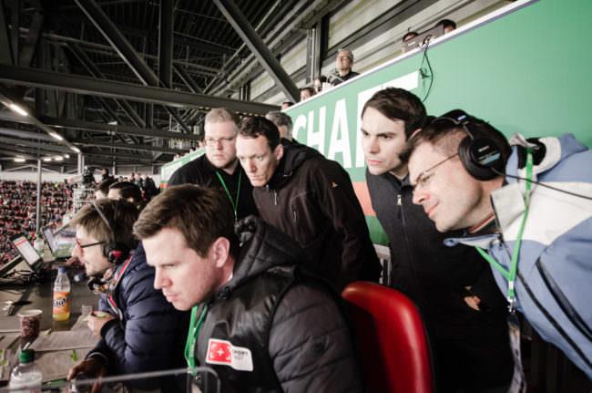 Männer sehen auf einen Monitor