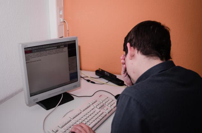 Ein Mann an einem PC
