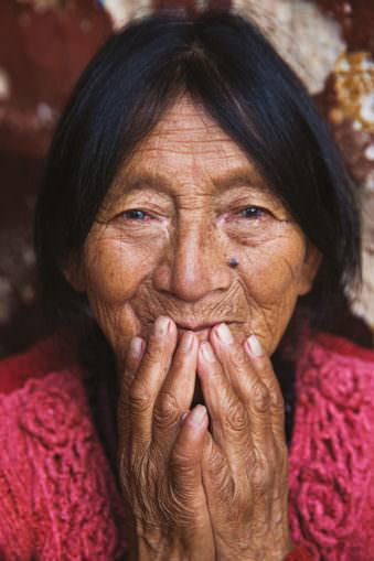 Eine Frau mit Händen vor dem Mund