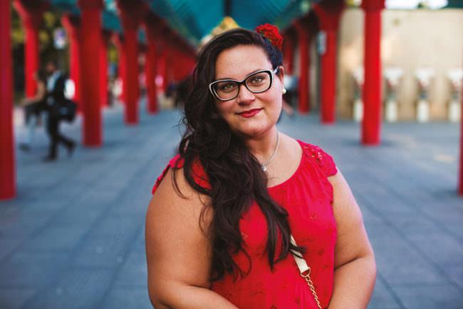 Eine Frau vor roten Säulen
