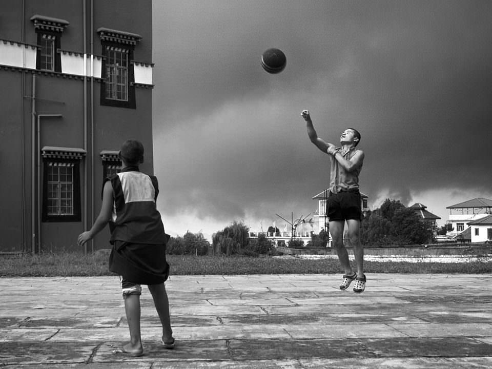 Zwei Kinder spielen Ball