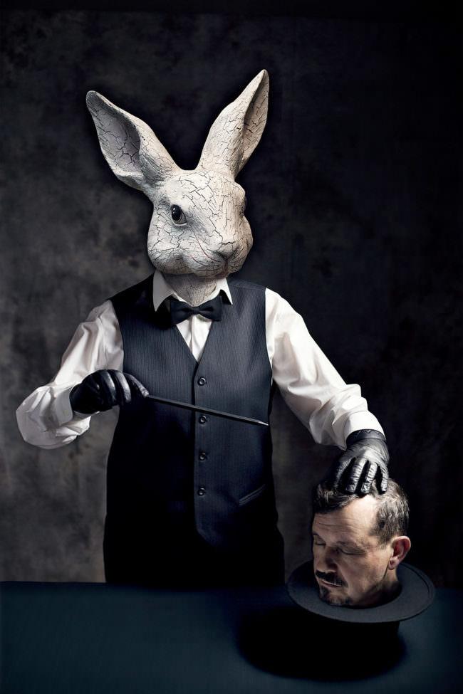 Ein Hase als Zauberer verkleidet mit einem menschlichen Kopf