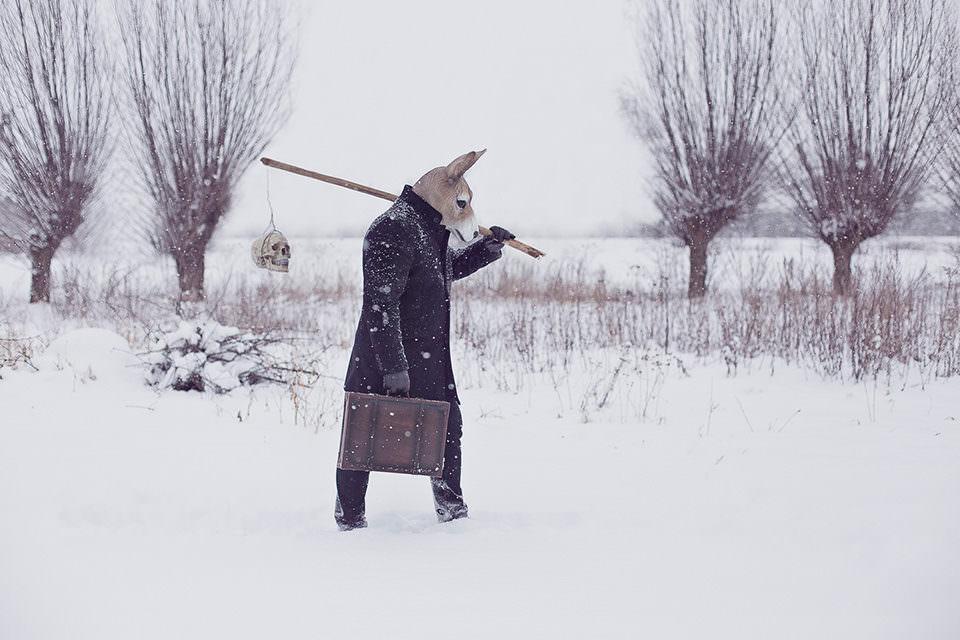 Ein Hase mit Koffer läuft durch den Schnee