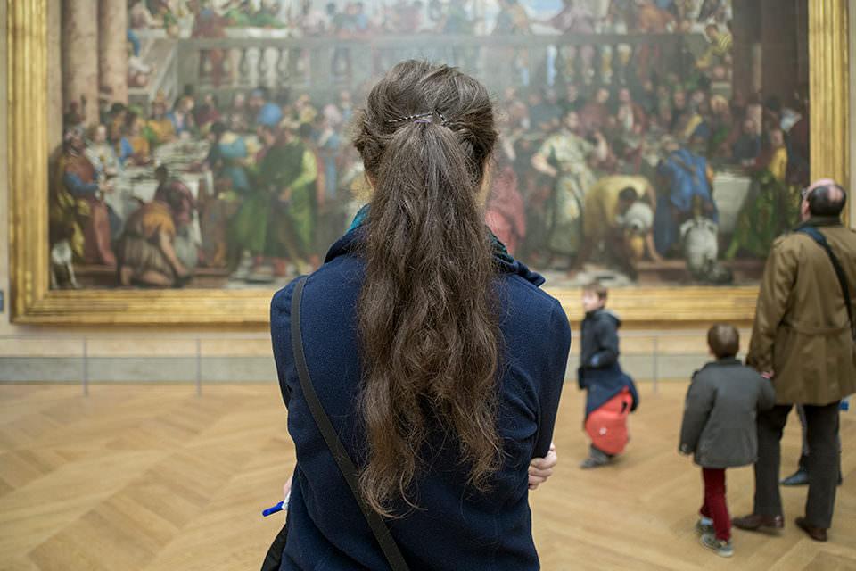 Eine Frau betrachtet ein Gemälde