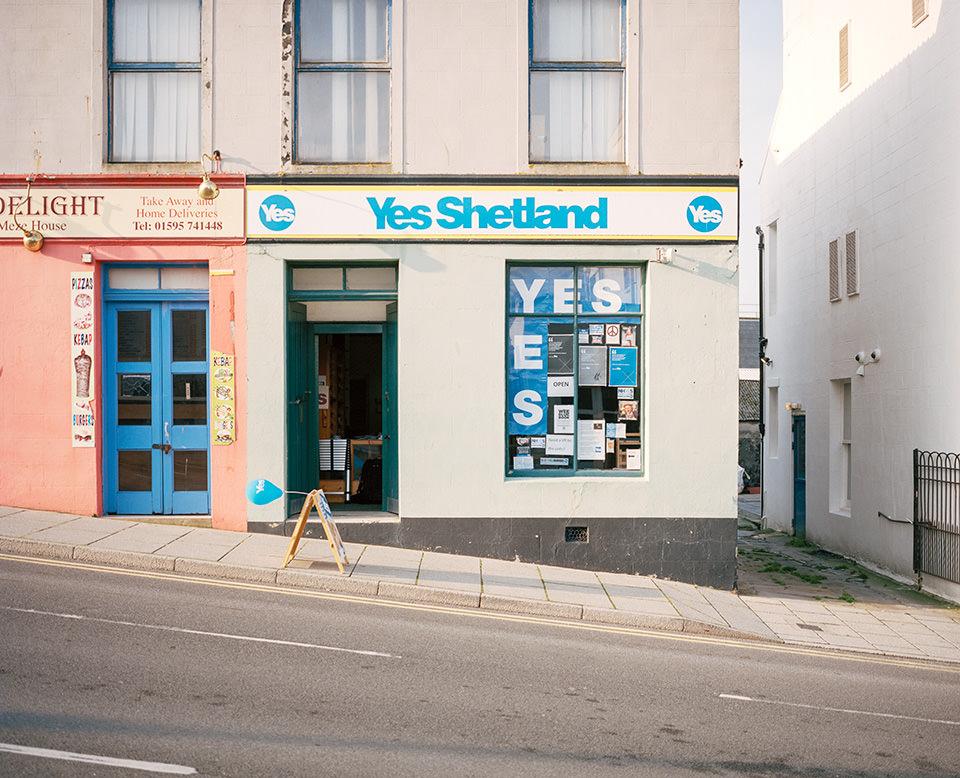 Außenansicht von einem Ladenlokal mit Aufschrift Yes Shetland.