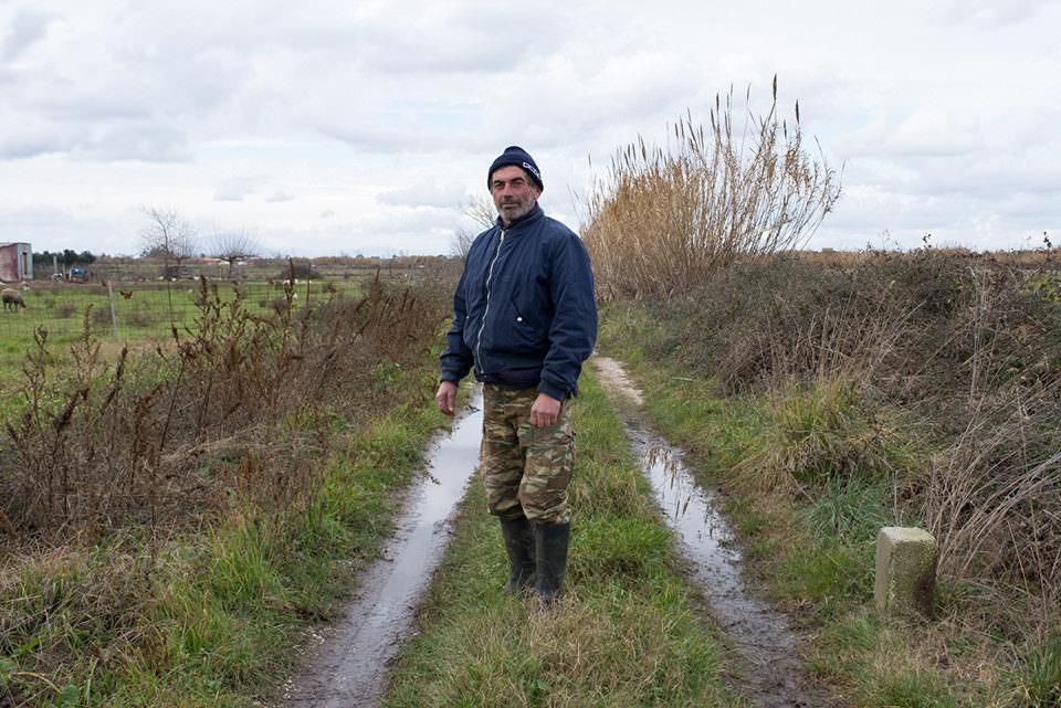 Ein Mann auf einem Feldweg