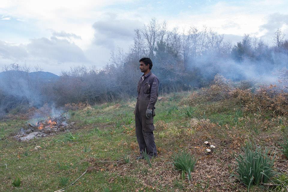 Ein Mann vor einer Landschaft mit Rauch