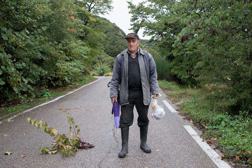 Ein Mann steht auf der Straße