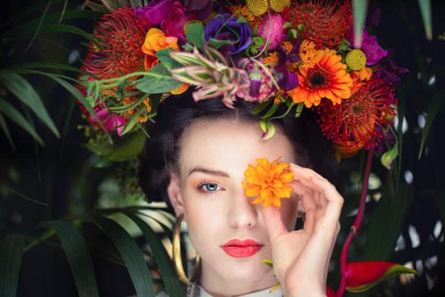 Eine Frau mit Blumenkranz auf dem Kopf