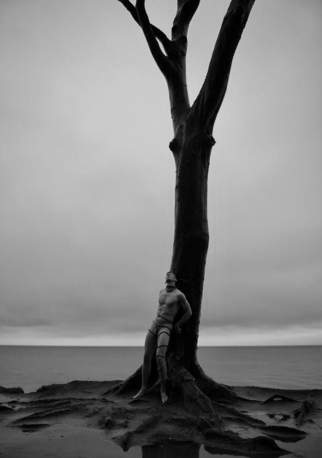 Ein Mann einem einem Baum lehnend