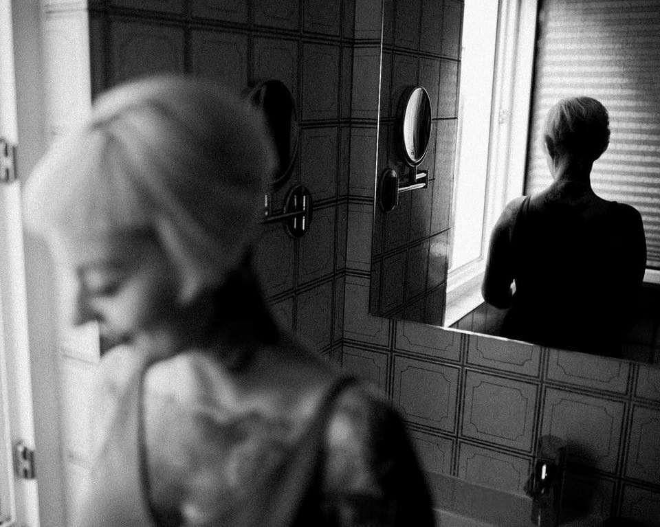 Eine Frau vor einem Spiegel