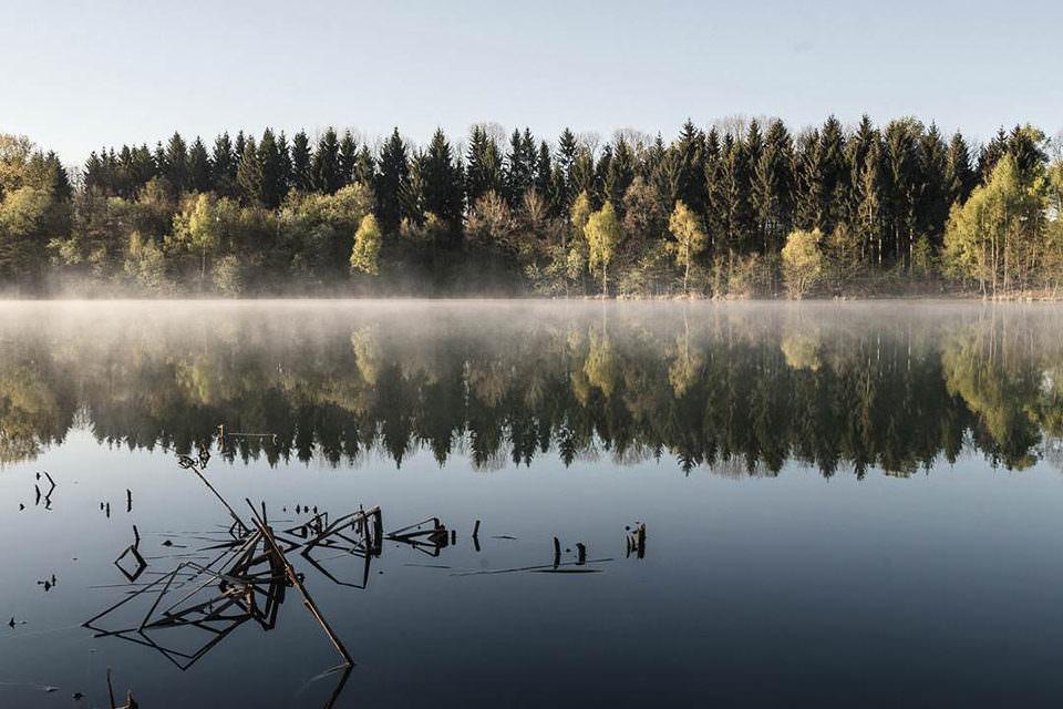 Eine Landschaft spiegelt sich in einem See