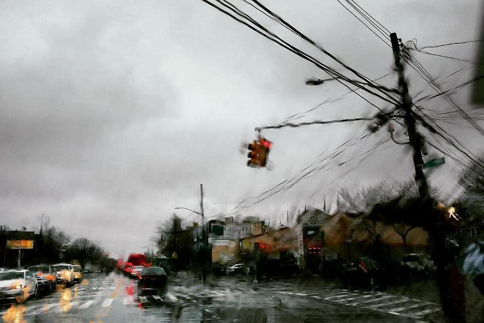 Die Straße durch eine nasse Scheibe
