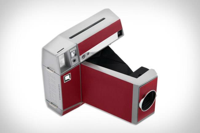 Eine Sofortbildkamera in rot.