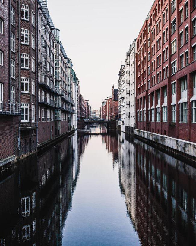 Häuser spiegeln sich in einem Kanal